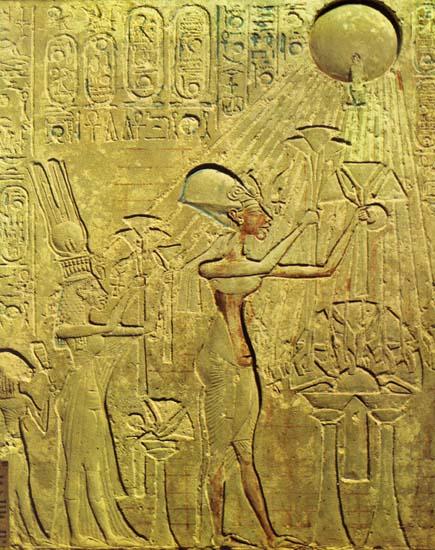 Эхнатон и царская семья поклоняются богу Атону [Рельеф из Эль-Амарны]
