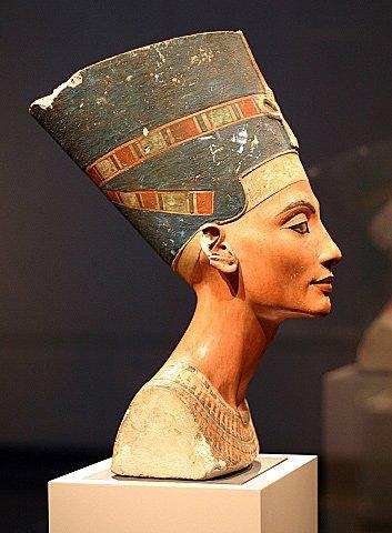 Голова Нефертити [Бюст, найденный в Эль-Амарне. XIV в. до н. э.]