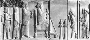 Дарий I на троне, за ним стоит его сын Ксеркс [Рельеф V в. до н. э.]